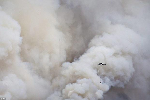 Khung cảnh kinh hoàng của một trong những vụ cháy rừng tồi tệ nhất trong lịch sử Canada - Ảnh 6.
