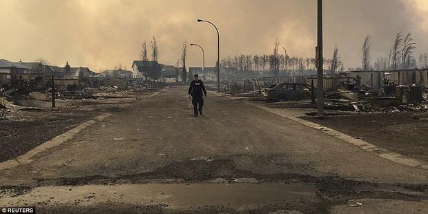 Khung cảnh kinh hoàng của một trong những vụ cháy rừng tồi tệ nhất trong lịch sử Canada - Ảnh 16.