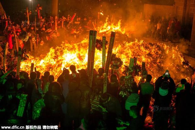 Người dân Trung Quốc chen chúc lên chùa cầu may dịp đầu năm mới - Ảnh 31.