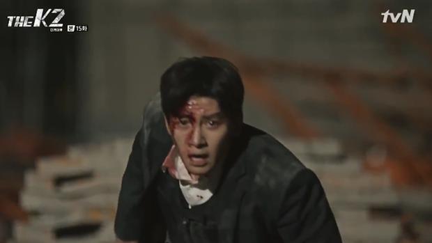 """""""K2"""": Ji Chang Wook bất lực nhìn Yoona bị kẻ thù bắt cóc - Ảnh 40."""