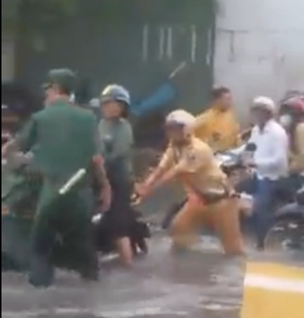 Hình ảnh đẹp: CSGT giúp dân đẩy xe ô tô chết máy giữa đường phố Hà Nội - Ảnh 5.