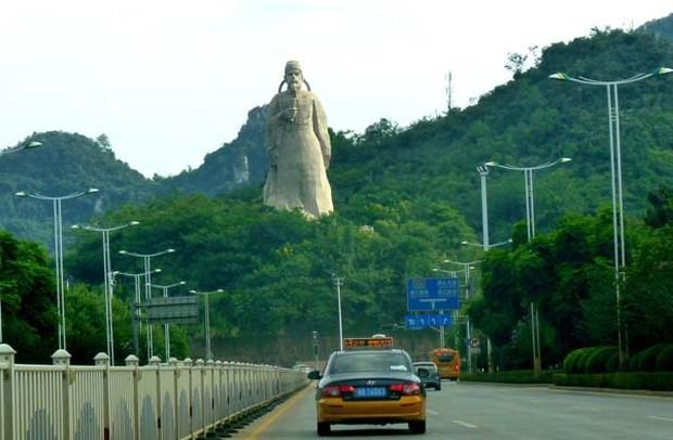 Những bức tượng khổng lồ sớm xây tối phá ở Trung Quốc - Ảnh 14.