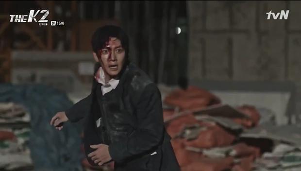 """""""K2"""": Ji Chang Wook bất lực nhìn Yoona bị kẻ thù bắt cóc - Ảnh 41."""