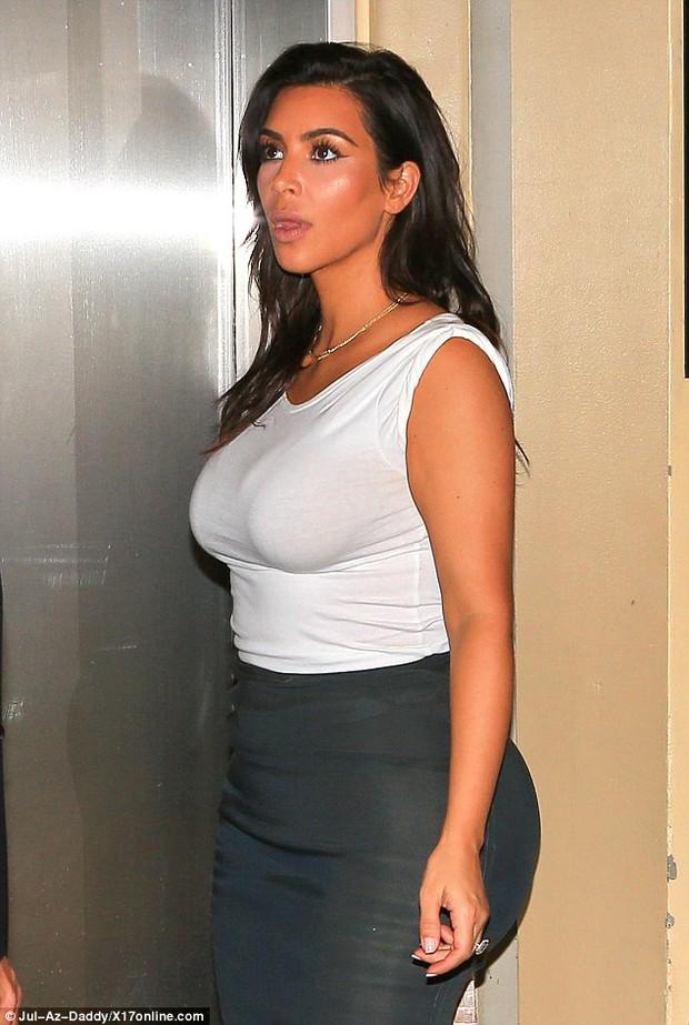 Thì ra vòng 3 của Kim Kardashian trông khổng lồ là còn nhờ... miếng độn - Ảnh 3.
