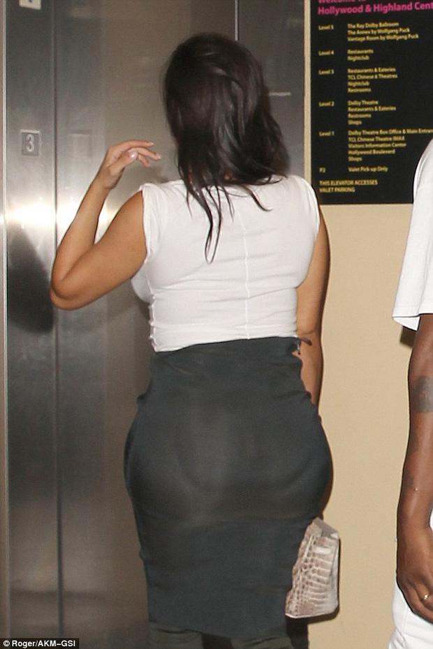 Thì ra vòng 3 của Kim Kardashian trông khổng lồ là còn nhờ... miếng độn - Ảnh 1.