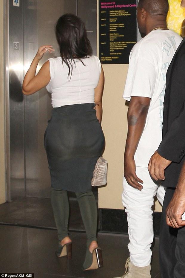 Thì ra vòng 3 của Kim Kardashian trông khổng lồ là còn nhờ... miếng độn - Ảnh 2.