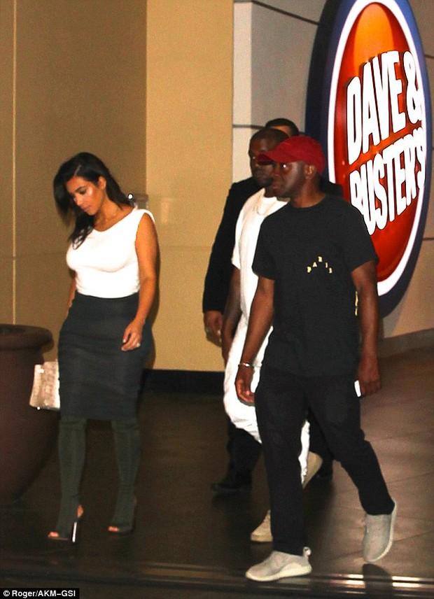 Thì ra vòng 3 của Kim Kardashian trông khổng lồ là còn nhờ... miếng độn - Ảnh 5.