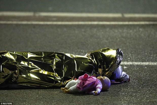 Tổng thống Pháp: Rất nhiều nạn nhân thiệt mạng trong vụ khủng bố là trẻ nhỏ - Ảnh 2.