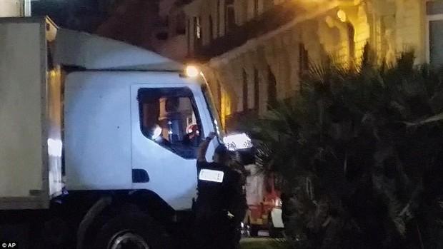 Khoảnh khắc cảnh sát bắn chết kẻ lái xe tải khủng bố ở Pháp - Ảnh 2.