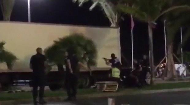 Khoảnh khắc cảnh sát bắn chết kẻ lái xe tải khủng bố ở Pháp - Ảnh 4.