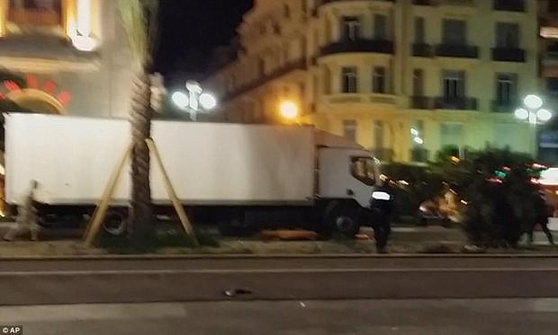 Khoảnh khắc cảnh sát bắn chết kẻ lái xe tải khủng bố ở Pháp - Ảnh 3.