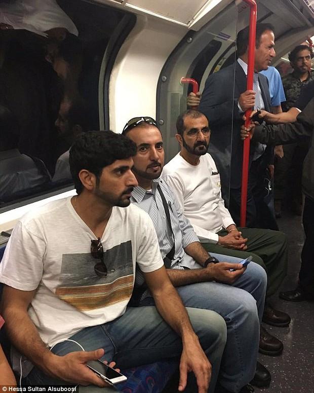 Quốc vương và Hoàng tử vạn người mê của Dubai xuất hiện giản dị trên tàu điện ngầm ở London - Ảnh 2.
