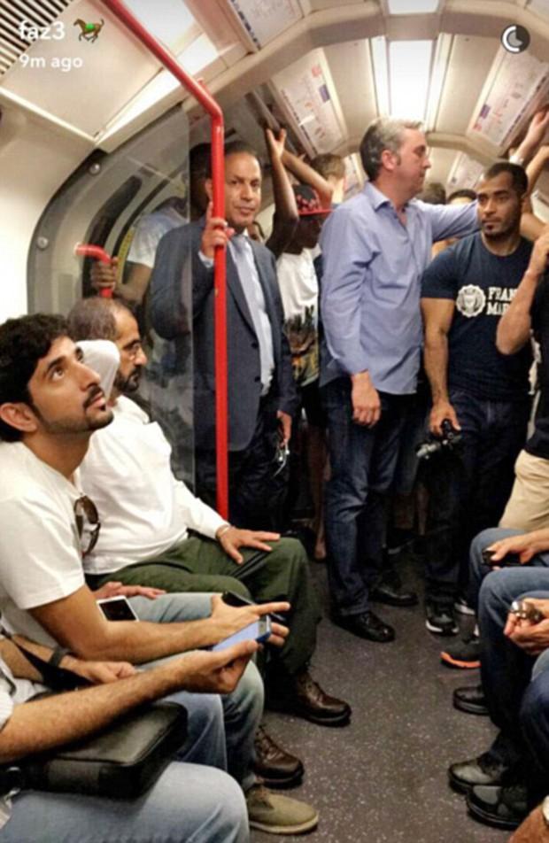 Quốc vương và Hoàng tử vạn người mê của Dubai xuất hiện giản dị trên tàu điện ngầm ở London - Ảnh 3.