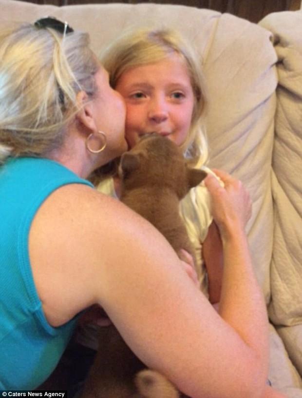 Video: Cô bé khóc nức nở khi nhận được một chú chó trong ngày sinh nhật - Ảnh 3.