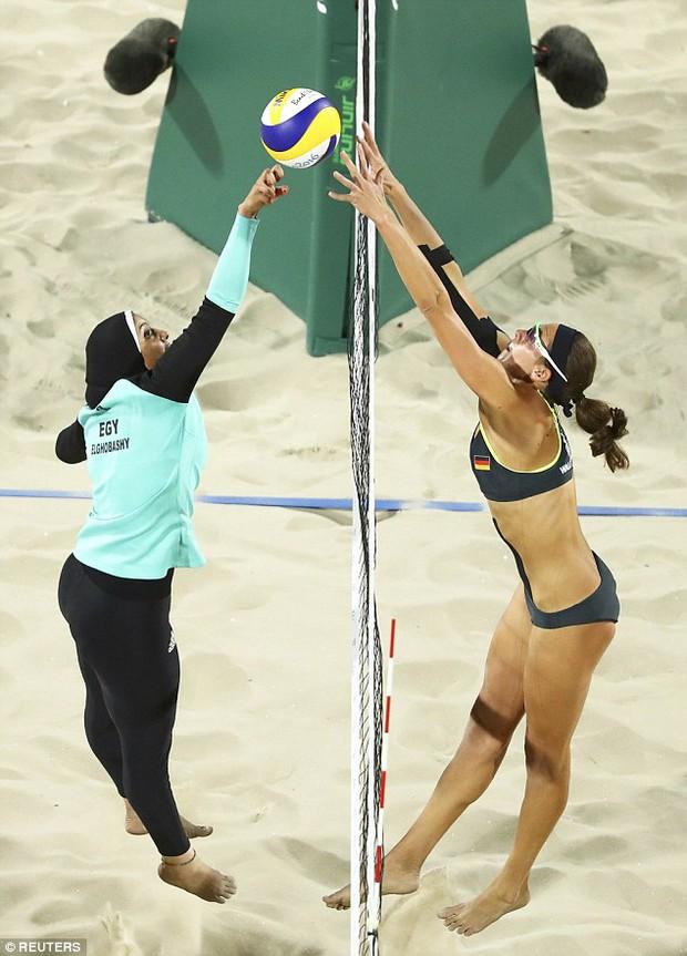Sự khác biệt giữa 2 nền văn hóa phương Tây và Hồi giáo trong bức ảnh Olympic - Ảnh 1.