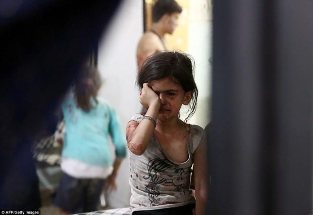 Loạt hình ám ảnh về những đứa trẻ phải sống trong bom đạn chiến tranh ở Syria - Ảnh 2.