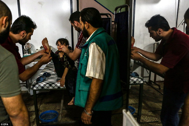 Loạt hình ám ảnh về những đứa trẻ phải sống trong bom đạn chiến tranh ở Syria - Ảnh 4.