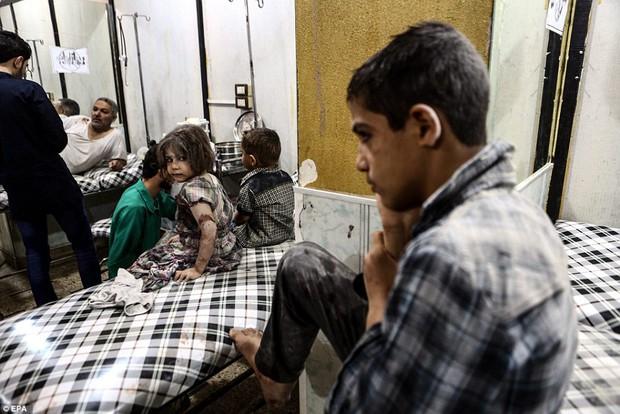 Loạt hình ám ảnh về những đứa trẻ phải sống trong bom đạn chiến tranh ở Syria - Ảnh 5.