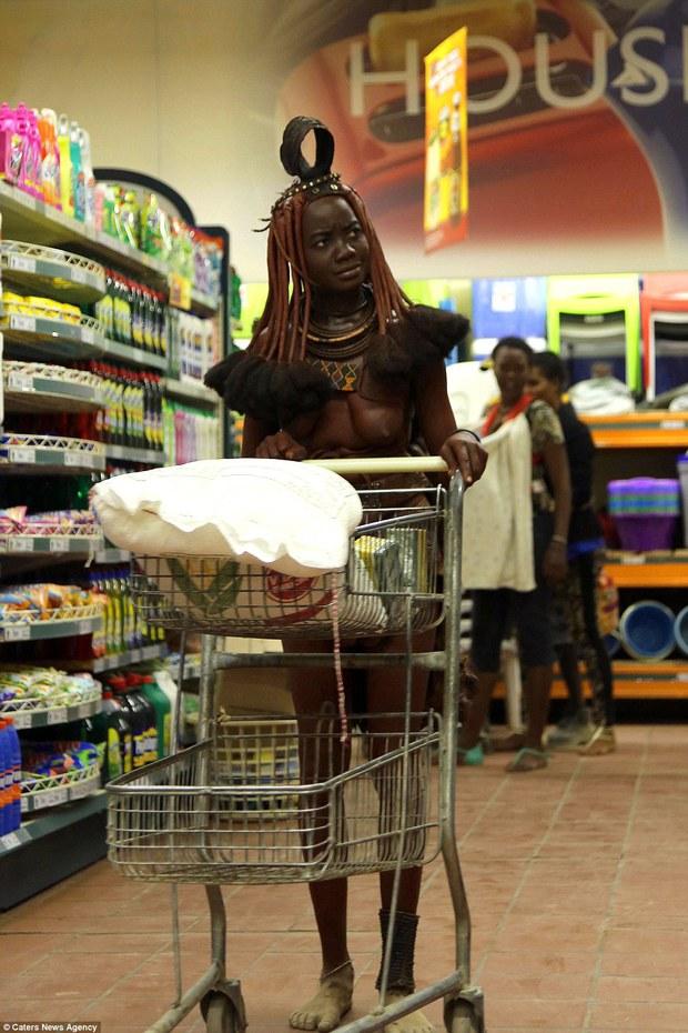 Khi truyền thống va chạm thế giới hiện đại: Nữ thổ dân khoác da dê vào siêu thị trước sự ngỡ ngàng của mọi người - Ảnh 1.