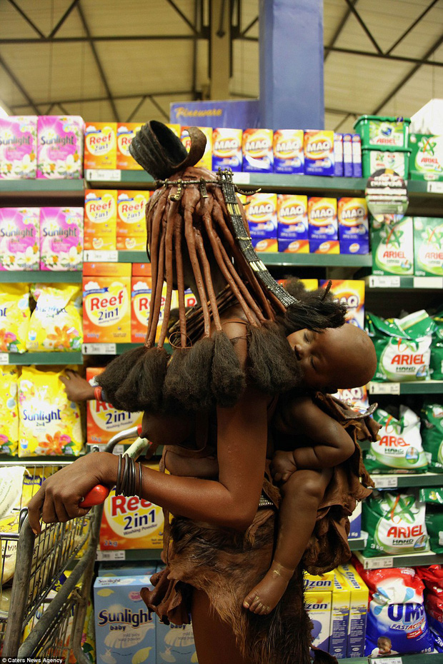 Khi truyền thống va chạm thế giới hiện đại: Nữ thổ dân khoác da dê vào siêu thị trước sự ngỡ ngàng của mọi người - Ảnh 2.