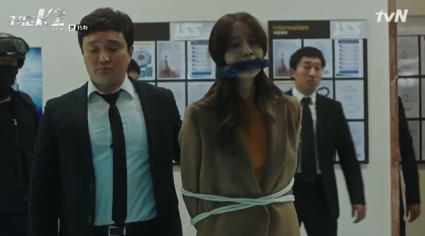 """""""K2"""": Ji Chang Wook bất lực nhìn Yoona bị kẻ thù bắt cóc - Ảnh 45."""