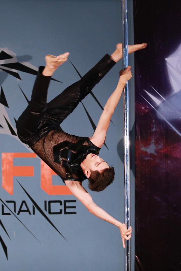 Clip: Quang Đăng múa cột trong sự reo hò cổ vũ của đồng nghiệp - Ảnh 2.