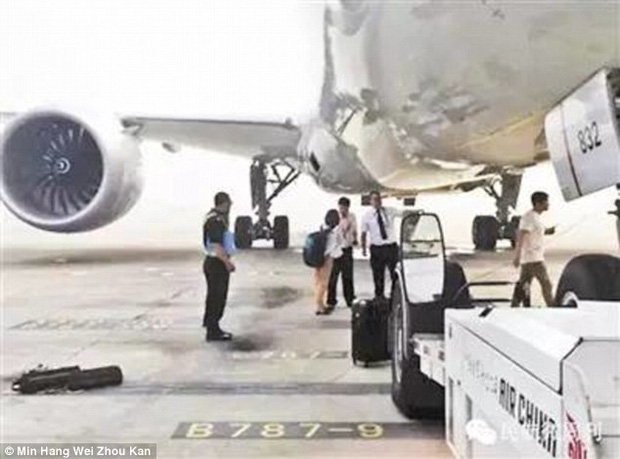 Đuổi theo xe buýt đã là gì, cô gái Trung Quốc này còn lao ra đường băng chặn cả máy bay vì đến muộn - Ảnh 4.