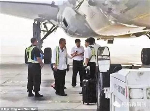 Đuổi theo xe buýt đã là gì, cô gái Trung Quốc này còn lao ra đường băng chặn cả máy bay vì đến muộn - Ảnh 3.