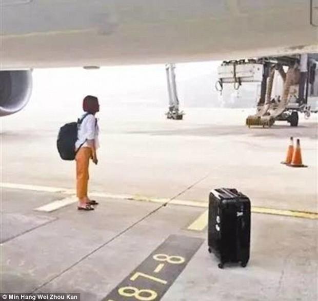 Đuổi theo xe buýt đã là gì, cô gái Trung Quốc này còn lao ra đường băng chặn cả máy bay vì đến muộn - Ảnh 1.