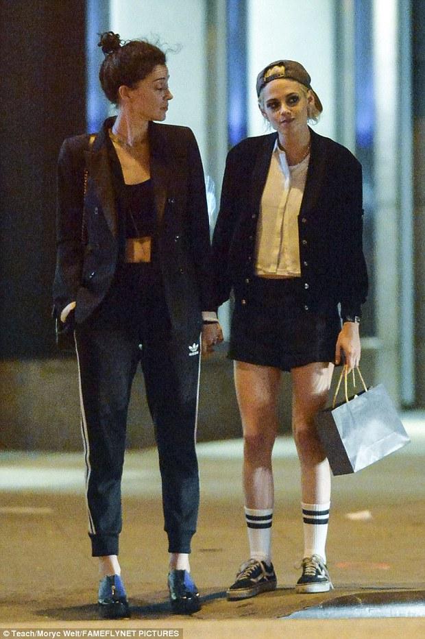 Kristen Stewart công khai hôn môi, nắm tay bạn gái cũ của Cara Delevingne - Ảnh 2.