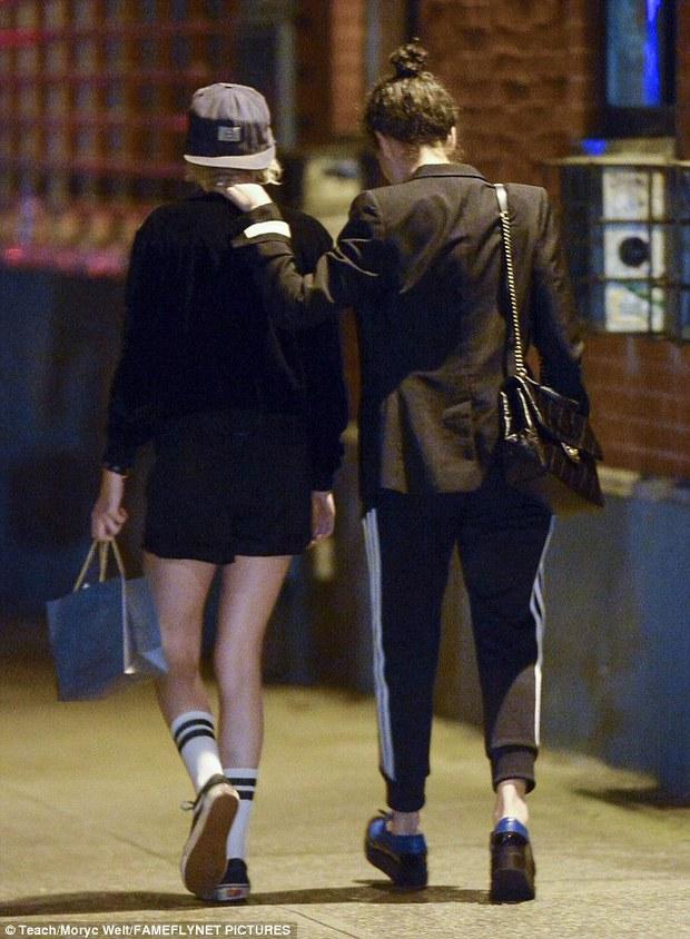 Kristen Stewart công khai hôn môi, nắm tay bạn gái cũ của Cara Delevingne - Ảnh 5.