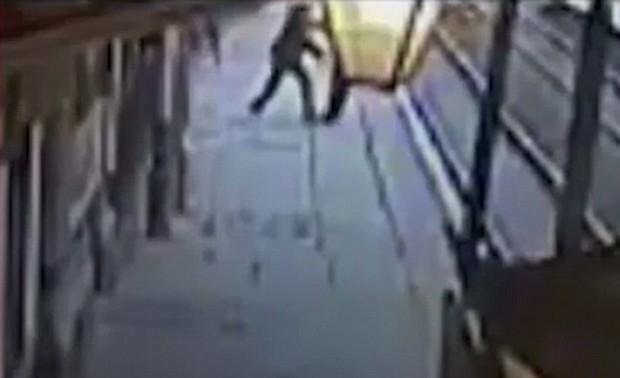 Khoảnh khắc tử thần khi nhân viên soát vé bị gã say rượu đẩy xuống đường ray tàu hỏa - Ảnh 2.