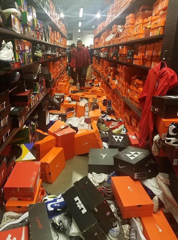 Cửa hàng Nike ở Mỹ bị bới tung, như vừa trải qua một trận động đất trong ngày Black Friday - Ảnh 2.