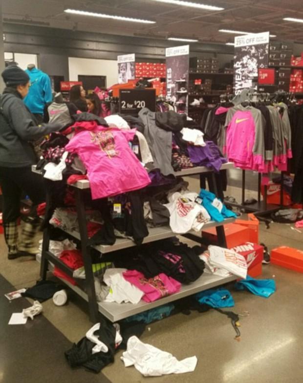 Cửa hàng Nike ở Mỹ bị bới tung, như vừa trải qua một trận động đất trong ngày Black Friday - Ảnh 6.
