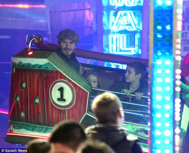 Công chúa Harper Beckham hí hửng đi chơi đón Giáng sinh cùng gia đình - Ảnh 5.
