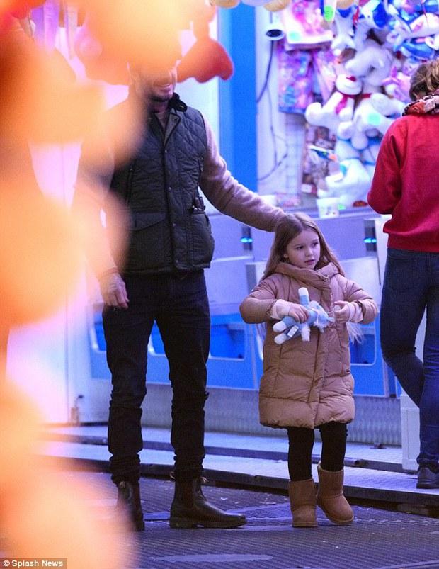 Công chúa Harper Beckham hí hửng đi chơi đón Giáng sinh cùng gia đình - Ảnh 4.