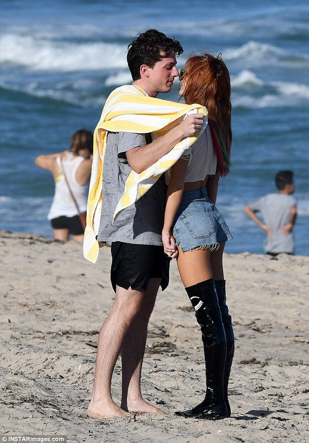Mới chia tay bạn trai, mỹ nhân nóng bỏng Bella Thorne đã công khai ôm hôn Charlie Puth - Ảnh 1.