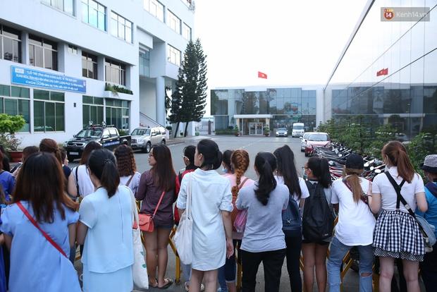 Clip: Bi Rain trở về khách sạn trong vòng vây nhiệt tình của fan Việt - Ảnh 10.