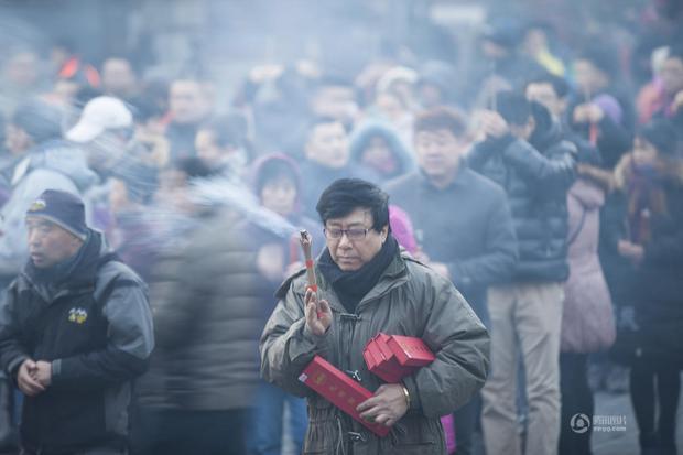 Người dân Trung Quốc chen chúc lên chùa cầu may dịp đầu năm mới - Ảnh 5.