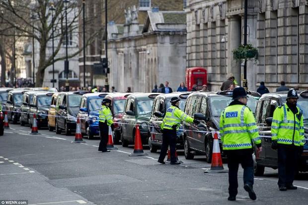 """Anh: Hơn 8.000 tài xế taxi """"phong tỏa"""" trung tâm thủ đô London để biểu tình phản đối Uber - Ảnh 4."""