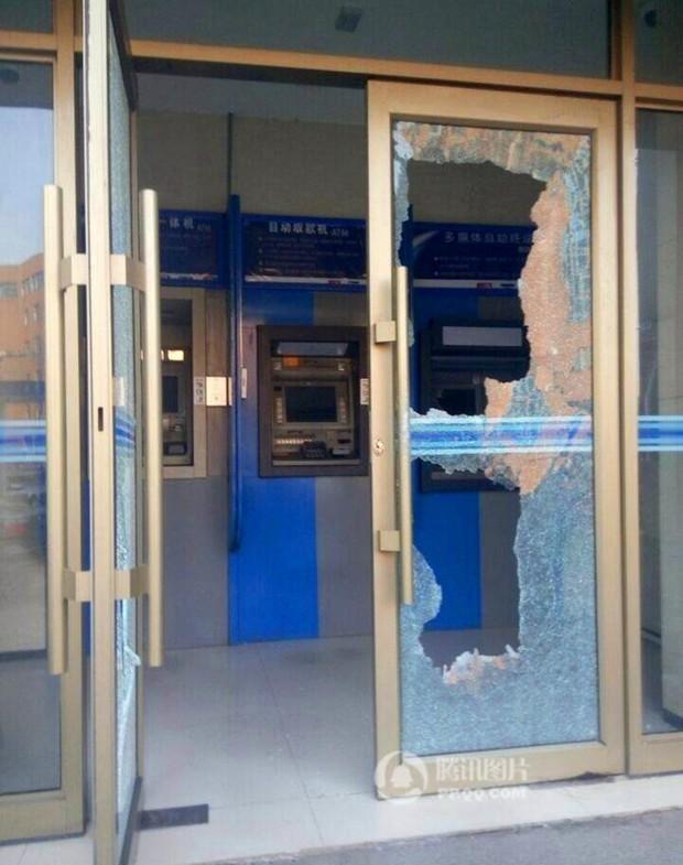 Cụ ông không rút được tiền, cụ bà cầm búa phá tan cây ATM - Ảnh 3.