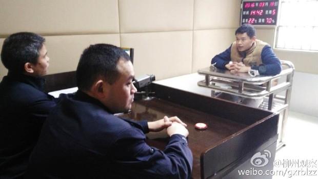 Anh bán mỳ vỉa hè cưỡng hôn cảnh sát vì bị tịch thu đồ nghề - Ảnh 4.
