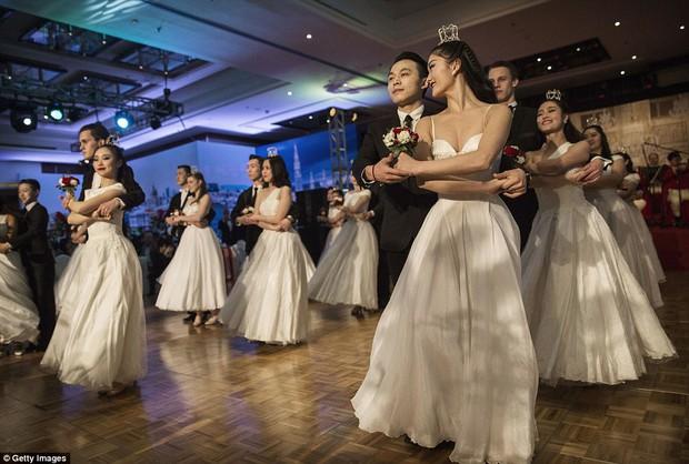 Buổi lễ mai mối tập thể hoành tráng của giới quý tộc Trung Quốc  - Ảnh 4.