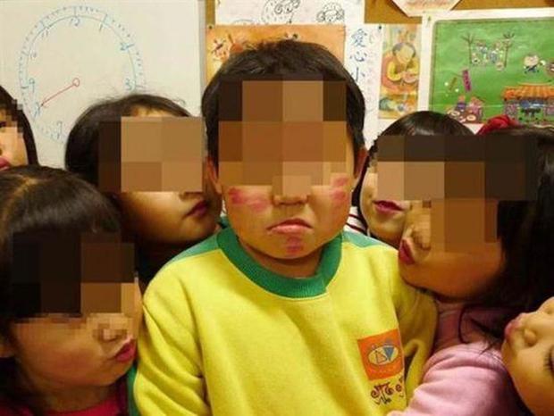 Loạt ảnh học sinh mẫu giáo dùng miệng mớm trái cây, liếm kem bơ trên mặt bạn khác giới gây tranh cãi - Ảnh 5.