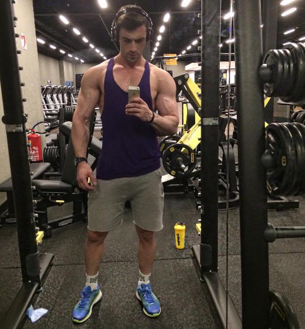 Anh chàng phi công siêu đẹp trai với body 6 múi đang làm dậy sóng Instagram  - Ảnh 4.