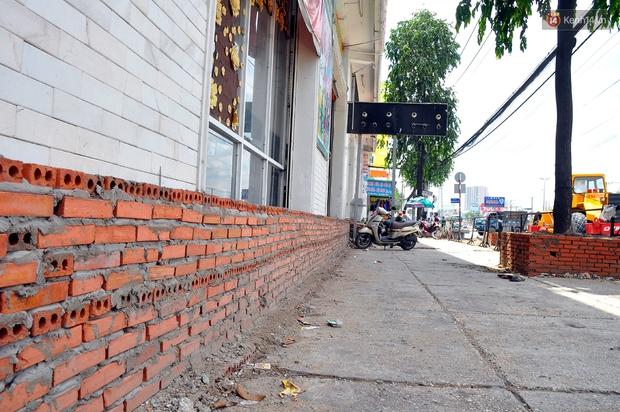 Chuyện lạ Sài Gòn: Mùa mưa về, rủ nhau xây thành lũy chắn trước nhà để... chống ngập - Ảnh 3.