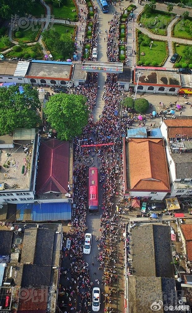 Hàng chục ngàn phụ huynh Trung Quốc tiễn con lên đường đi thi Đại học - Ảnh 1.