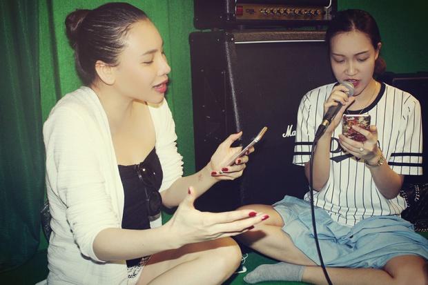 Hồ Quỳnh Hương giản dị ngồi bệt dạy hát cho học trò - Ảnh 3.
