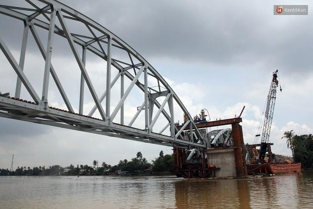 Cầu Ghềnh sắp nối nhịp đôi bờ, đường sắt Bắc Nam chuẩn bị thông tuyến - Ảnh 4.