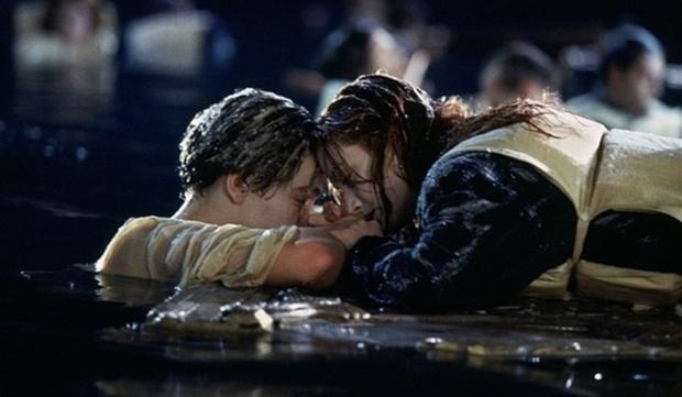 Titanic phiên bản đời thực: Cụ ông buộc vợ vào thân cây, mặc cho bản thân bị nước lũ cuốn trôi - Ảnh 4.